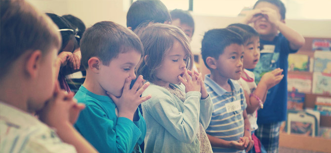 Redeemer Kids Ministry - Kids Praying